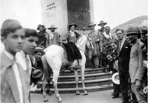 Gaúchos amarram cavalos no obelisco do Rio de Janeiro