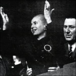 Eva Perón, doente, fala ao povo.