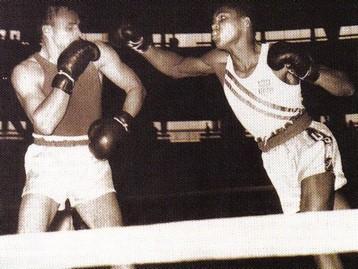 Cassius Clay lutando pelo ouro olímpico em Roma (1960)