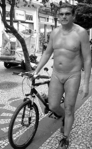 Oil Man, o herói desnudo da capital do frio, em foto publicada na Gazeta do Povo.