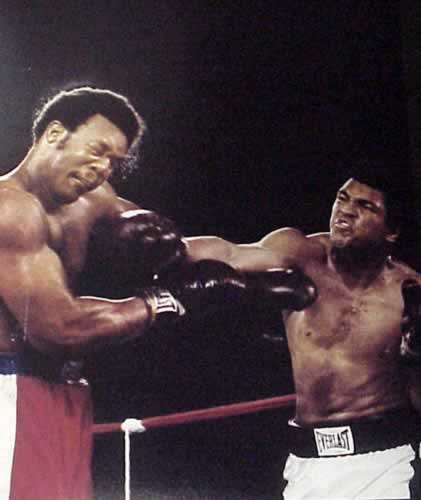 Muhammad Ali acerta soco em Foreman