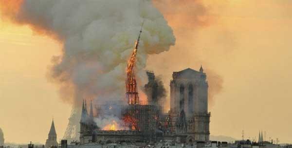 Queda da agulha de Notre-Dame