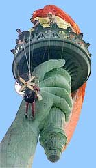 Parapente pendurado na chama da Estátua da Liberdade em agosto de 2001
